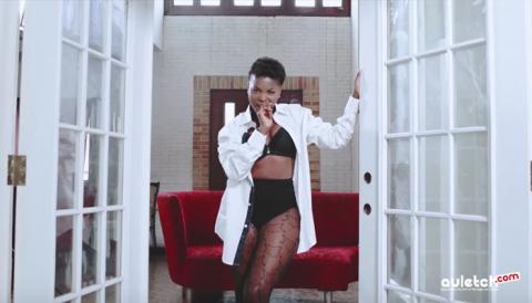 """A look d'urgence, le clip """"calée"""" de Daphné : Dr Nkeng a do le work"""