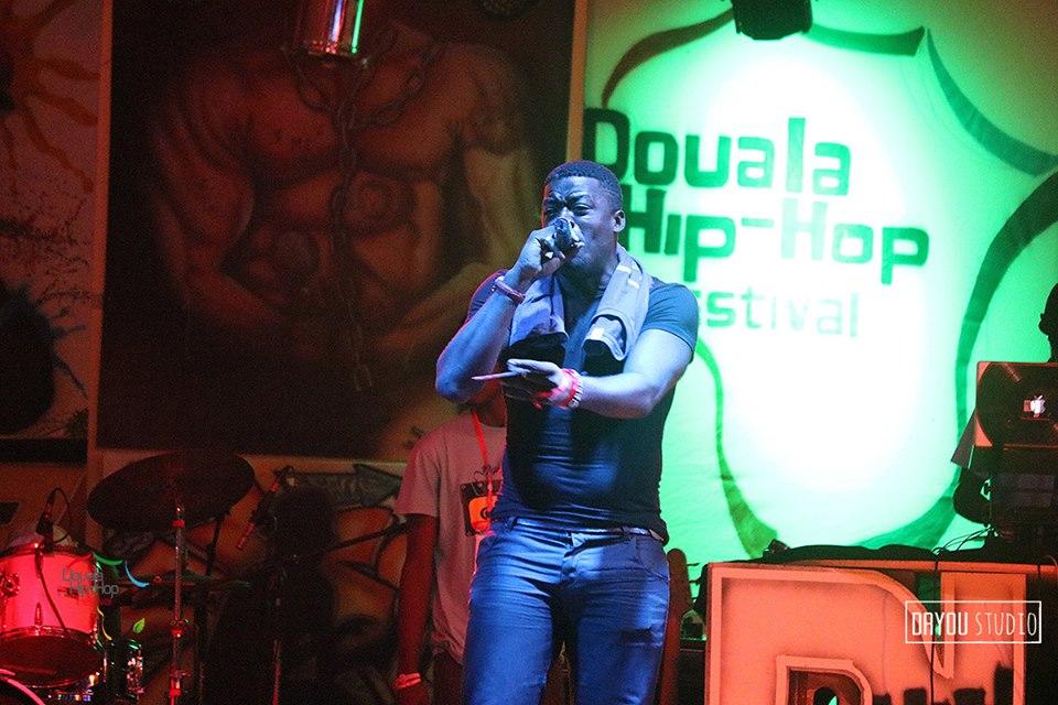 Loïc Nkono sur la scène du Douala Hip Hop Festival en décembre 2015
